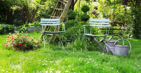 Naturgarten mit Sitzgelegenheiten