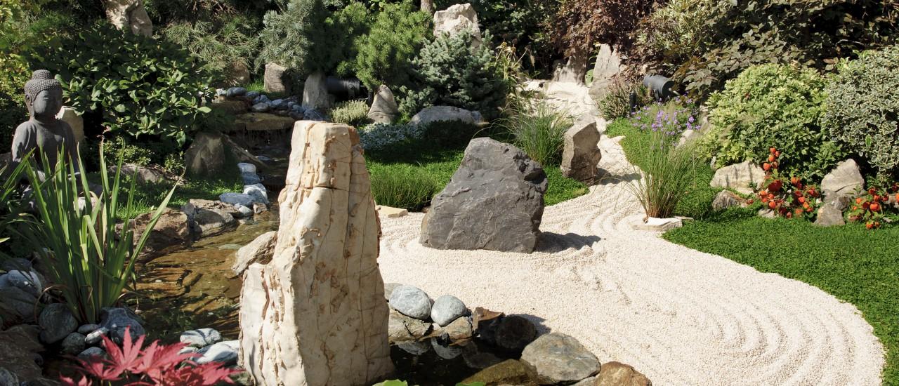 Zen Garten mit Sand und Steinen
