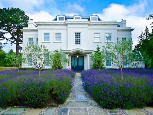 Gartenunterkunft mit Lavendelfeld vor dem Haus