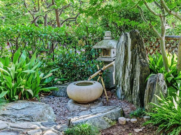 Japanischer Garten mit dem Gestaltungselement Wasser - harmonisch plätschernder Brunnen