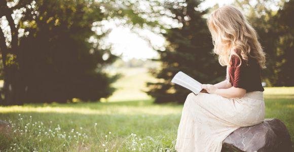Lesende Frau im Garten, Photo by Ben White on Unsplash